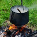 koken op het vuur bushcraftkamp
